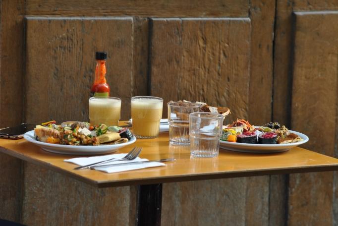 Les premières assiettes que nous avons composé au buffet ! Crédits photo : Jennifer Ettori